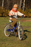 jesień rowerowy chłopiec dzień park pogodny Obraz Royalty Free