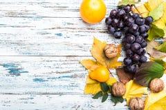 Jesień skład z liśćmi i owoc Na starym drewna background zdjęcia stock