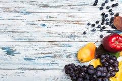 Jesień skład z liśćmi i owoc Na starym drewna background zdjęcie royalty free