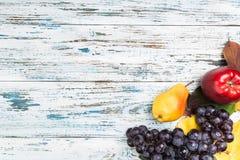 Jesień skład z liśćmi i owoc Na starym drewna background fotografia royalty free