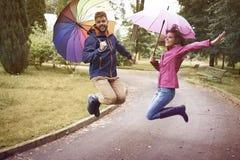jesień spadek przyjaciele leaf pod spaceru pogody drewnem Zdjęcia Stock