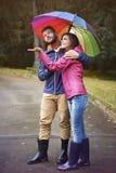 jesień spadek przyjaciele leaf pod spaceru pogody drewnem Obraz Royalty Free