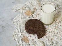 Jesień tematu tło Czekoladowi ciastka z szkłem mleko, susi jesień liście na szarym tle z koronkową pieluchą kosmos kopii fotografia stock