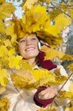 Jesień uśmiechnięta dziewczyna obraz royalty free