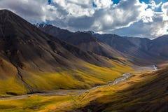 Jesień w górach Kirgistan Arabelso rzeki dolina fotografia royalty free