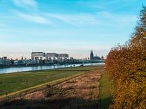 Jesień w Kolonia: Pejzaż miejski Kolonia, Niemcy z katedrą zdjęcia stock