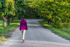Jesień w liściach iść w odległość wzdłuż alei dziewczyna obraz royalty free