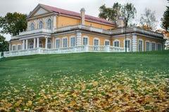 Jesień w parku na ulicach i starożytna manor obraz royalty free