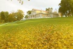 Jesień w parku na ulicach i starożytna manor obrazy stock