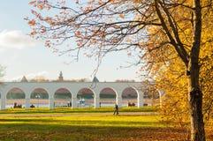 Jesień w Veliky Novgorod, Rosja Arkada przy Yaroslav odprowadzenia i podwórza ludźmi zdjęcie stock