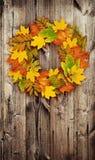 Jesień wianek od barwionego suszy liście na drzwi Zdjęcie Stock
