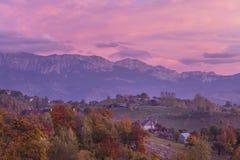 Jesień wysokogórski krajobraz, wysokogórska wioska z spektakularny ogródami i wysokie śnieżne góry w tle blisko otręby, obraz stock