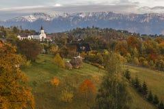 Jesień wysokogórski krajobraz, wysokogórska wioska z spektakularny ogródami i wysokie śnieżne góry w tle blisko otręby, zdjęcie stock