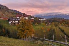 Jesień wysokogórski krajobraz, wysokogórska wioska z spektakularny ogródami i wysokie śnieżne góry w tle blisko otręby, zdjęcia royalty free