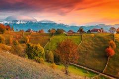 Jesień wysokogórski wiejski krajobraz blisko Brasov, Magura wioska, Transylvania, Rumunia zdjęcie stock