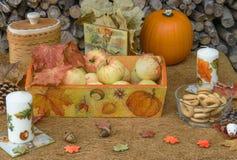 Jesień wystrój w wieśniaka stylu Kosz z jabłkami Zdjęcia Royalty Free