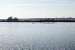 Jesień zmierzch na jeziorze i Dwa łodziach Obrazy Stock