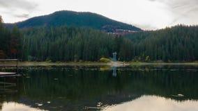 Jesień zmierzch przy Halnym jeziorem z Kolorowymi drzewami w lesie zdjęcie wideo