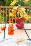 Jesień bukiet na plenerowym stole Sezon jesienny na domu rodzinnego pati Zdjęcie Stock
