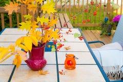 Jesień bukiet na plenerowym stole Sezon jesienny na domu rodzinnego pati Zdjęcie Royalty Free