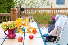 Jesień bukiet na plenerowym stole Sezon jesienny na domu rodzinnego pati Fotografia Stock