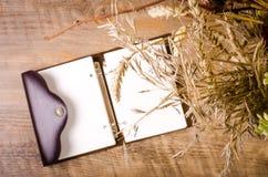 Jesień bukiet z dzienniczkiem na drewnianym stole Zdjęcie Royalty Free