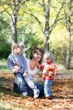 jesień dzieciaków matki park Zdjęcie Stock