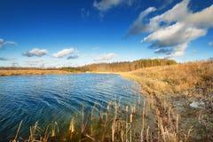 Jesień jeziora krajobraz przeciw Obraz Royalty Free