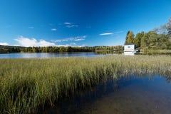 Jesień jeziora przy Norwegia domem Fotografia Royalty Free
