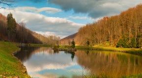 Jesień jezioro w Carpathians Zdjęcia Stock