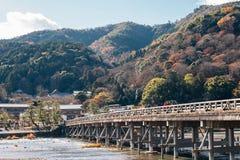 Jesień klon i Togetsukyo most przy Arashiyama w Kyoto, Japonia Zdjęcie Royalty Free