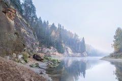 Jesień krajobraz i czerwieni kamienna faleza Gauja rzeka, Latvia, Europa obrazy royalty free
