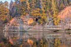 Jesień krajobraz i czerwieni kamienna faleza Gauja rzeka, Latvia, Europa obraz royalty free