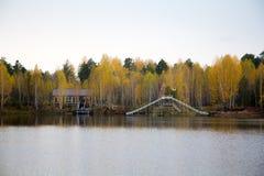 Jesień krajobraz i jeziorny dom Fotografia Royalty Free