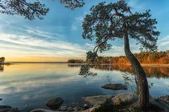 Jesień krajobraz na jeziorze przy zmierzchu czasem obrazy royalty free