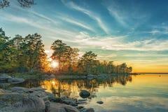 Jesień krajobraz na jeziorze przy zmierzchu czasem fotografia royalty free