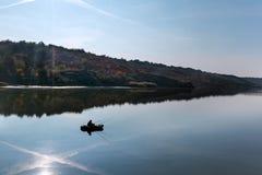 Jesień krajobraz przy jeziorem. Zdjęcie Royalty Free