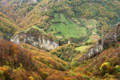 Jesień krajobraz w Cernei górach Obrazy Stock