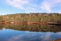 Jesień krajobraz w Norweskich jeziorach zdjęcie royalty free