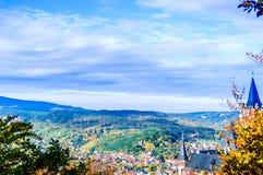 Jesień krajobraz z kasztelem Wernigerode w Niemcy obrazy royalty free