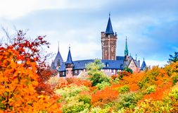 Jesień krajobraz z kasztelem Wernigerode w Niemcy obrazy stock