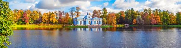 Jesień krajobraz z widokiem nad Wielkim stawem, ogrodowym pawilonu ` groty ` i humpback mostem w Catherine parku, Fotografia Stock