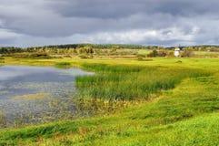 Jesień malowniczy krajobraz - jesieni Malenets dolina w Pushkinskiye Krwawym i jezioro widok, Rosja Obraz Stock