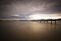 Jesień na jeziorze z dramatycznym niebem Zdjęcia Stock