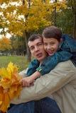 jesień ojca parka syn Zdjęcia Royalty Free