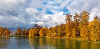 Jesień park i staw fotografia stock