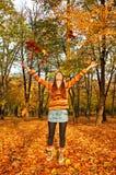 jesień piękna dziewczyny liść parkowy miotanie Obraz Stock