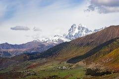 Jesień w Kaukaz górach Góra Ushba Svaneti, Gruzja Zdjęcia Royalty Free