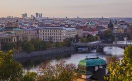 Jesień w Praga Widok Praga mosty, Vltava rzeki i Praga Fotografia Royalty Free
