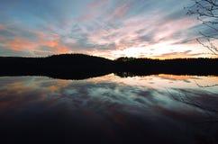 Jesień zmierzch nad jeziorem obrazy stock